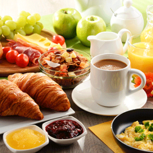 Afbeelding van het Wake up Happy ontbijt beschikbaar voor ontbijtservice. Op de afbeelding is onder andere Chocolade cornflakes, eiersalade en chocolademelk.