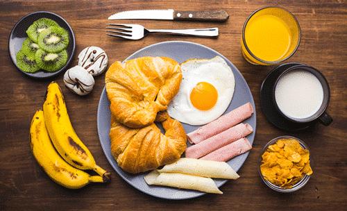 Foto van het Kickstarter Ontbijt als onderdeel van de ontbijtservice. Op de foto is onder andere afgebeeld croissants, kiwi, orange juice en omelet.