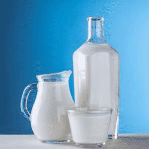 Afbeelding van een glas en een fles vol met melk beschikbaar voor broodjesservice