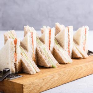 Verschillende sandwiches, met divers beleg zoals kip kerrie, eiersalade en gezond. Hierbij ontbreken de vers geperste orange juice en het vers fruit natuurlijk niet.
