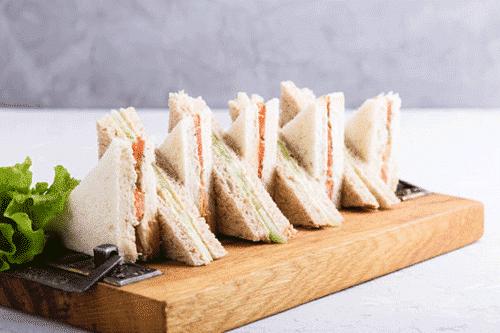 Afbeelding van het Sandwich ontbijt beschikbaar voor ontbijtservice. Op de afbeelding zijn afbeeld diverse sandwiches.