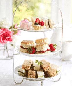 Afbeelding van lekkernijen aanwezig tijdens de Fenomini High Tea. Op de afbeelding is onder andere afgebeeld kleine gebakjes en sandwiches.