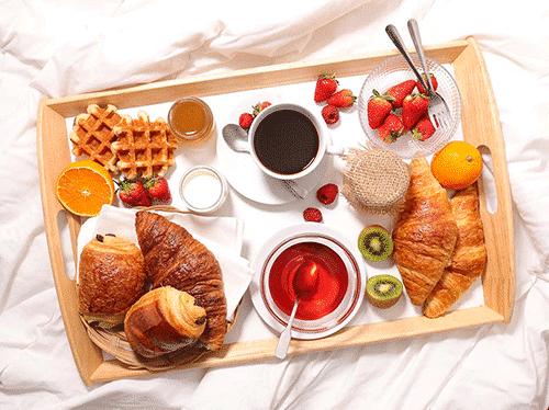 Afbeelding van het Sweet Dutch Breakfast ontbijt beschikbaar voor ontbijtservice. Op de afbeelding zijn onder andere diverse chocolade broodjes en wafels weergegeven.